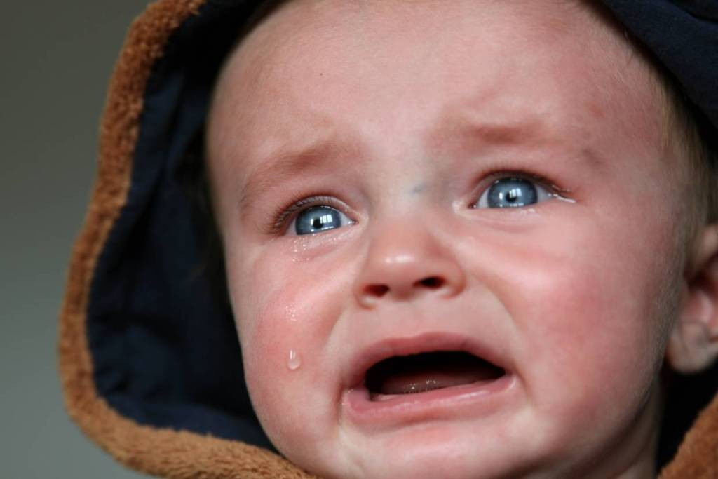 dziecko placze z powodu kolki dzieciecej